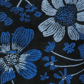 Flori pe fundal negru usor lucios