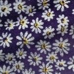 Flori pe fundal violet piele intoarsa
