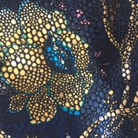 Flori pe fundal bleumarin